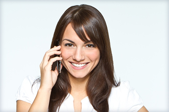 woman-contacting-dentist